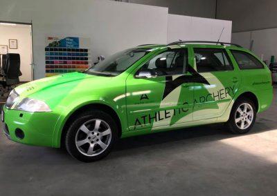 Autobeklebung mit Werbung und Logo der Firma Athletic Apchery auf einem Skoda.