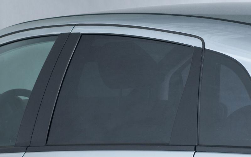 Seitenscheibe Auto mit dunkler Folie für Scheibentönung beklebt.