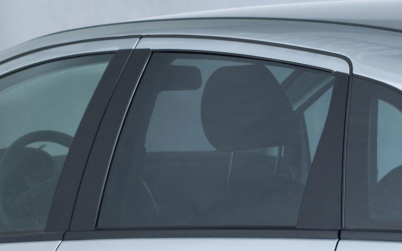 Seitenscheibe Auto mit Folie für Scheibentönung beklebt.