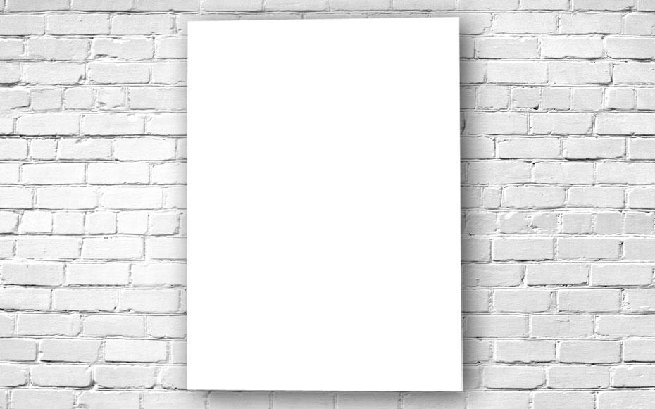 Poster unbedruckt an einer weißen Steinwand befestigt.