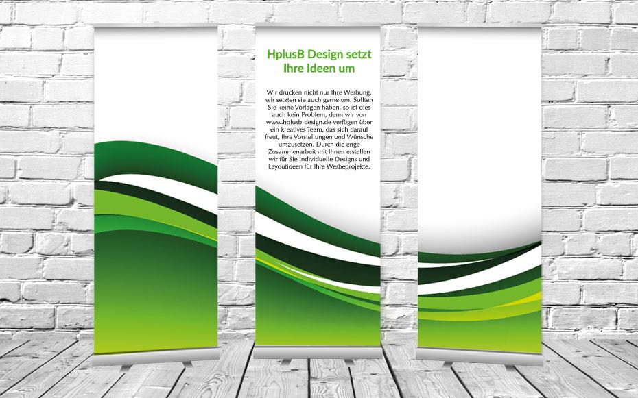 Drei Stück Roll up Display vor einer Steinwand und mit einer grünen Welle bedruckt. Das mittlere Roll up Display ist noch mit Texten über HplusB Design bedruckt.