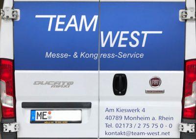 Rückansicht Transporter beklebt mit Autofolie von HplusB Design für TeamWest aus Monheim
