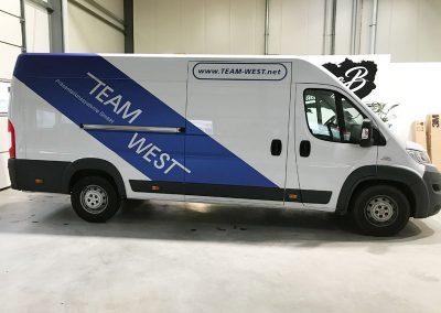 Seitenansicht Transporter beklebt mit Autofolie von HplusB Design für TeamWest aus Monheim