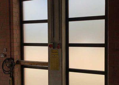 Innenansicht Fenster mit einer Milchglas Folienbeklebung
