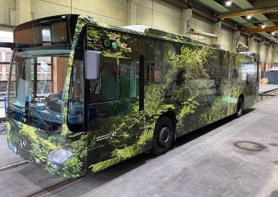 Frontansicht Linienbus vollfoliert mit Waldmotiv