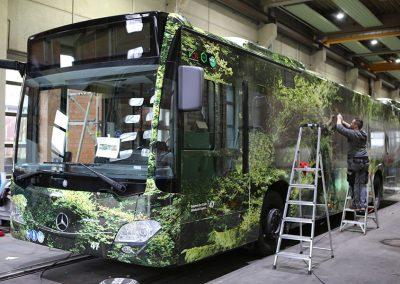 Mitarbeiter von HplusB Design zeichnet Fensterausschnitt auf Vollfolierung ein