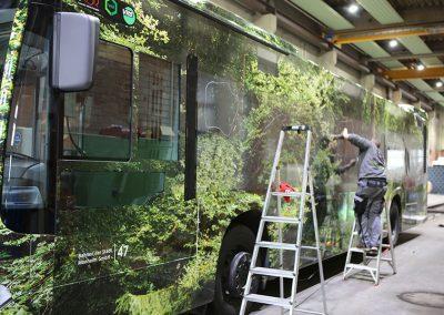 Mitarbeiter von HplusB Design schneidet Fenster aus Autofolie frei für die Vollfolierung