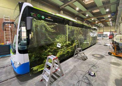 Arbeiten an Linienbus für Vollfolierung