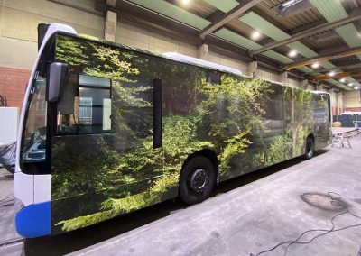 Linienbus vollfoliert mit Waldmotiv