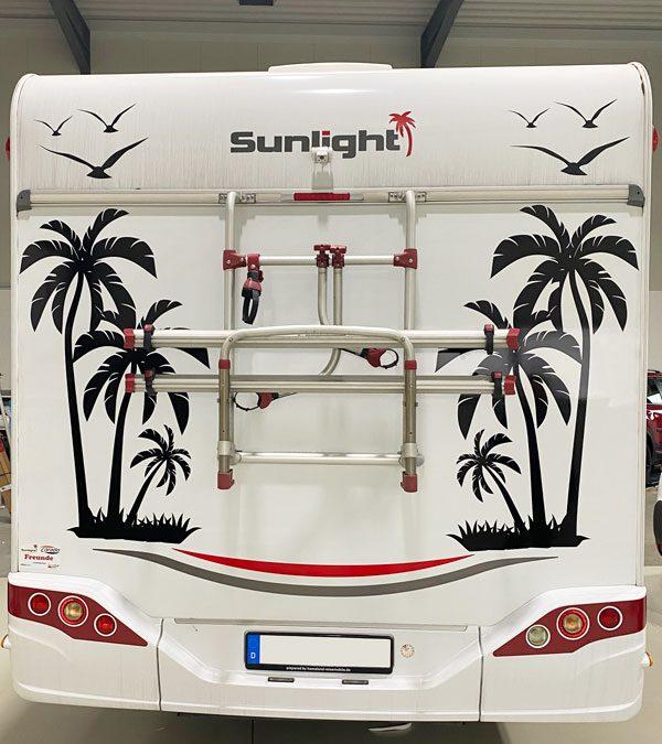 Wohnwagen mit Palmenmotiv foliert