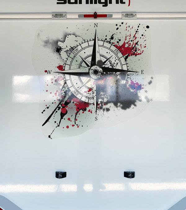 Wohnwagen individuell foliert mit Kompass-Motiv