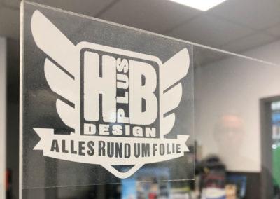 Spuckschutzwand mit Aufkleber von HplusB Design Logo